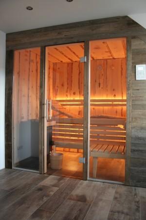 Sauna innen Zirbel rustikal außen Altholz